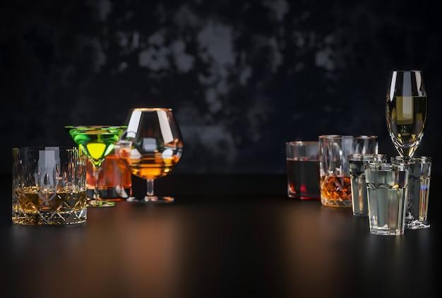 어두운 배경에 강한 알코올 음료