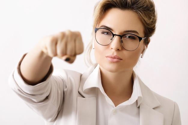 Сильная и уверенная деловая женщина делает удар