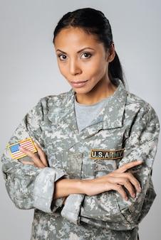 강력하고 간단합니다. 새로운 군사 캠페인을 위해 포즈를 취하는 꽤 용감한 아가씨