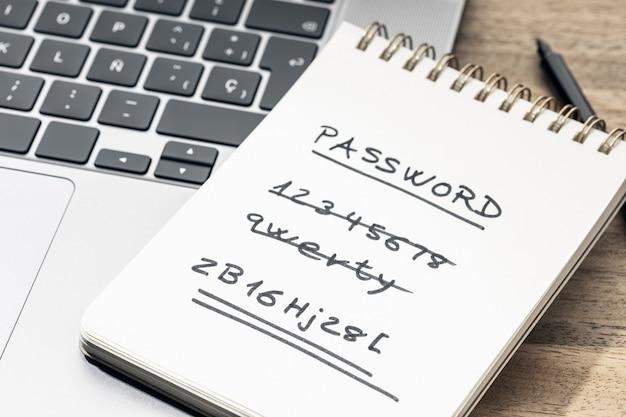 강력하고 약한 쉬운 암호 개념입니다. 노트북의 메모장에 필기 텍스트