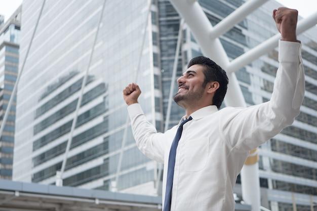 Сильный азиатский деловой человек; портрет азиатского, северо-индийского успешного, счастливого, уверенного в себе бизнесмена, офисного работника, руководителя бизнеса, босса, менеджера
