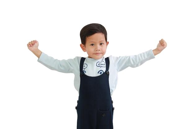 白い背景で隔離の手を上げる強いアジアの小さな男の子。クリッピングパスのある画像