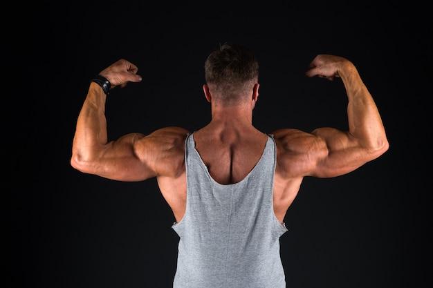 強い運動フィットネス男。ボディービルのトレーニング。強さとモチベーション。スポーツの成果。スポーツで成功。素晴らしい形を保ちます。ボディービルのライフスタイル。成熟したスポーツマン。ボディービルのコンセプト。
