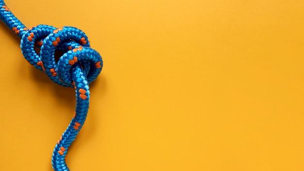 結び目が付いている強い青いロープ