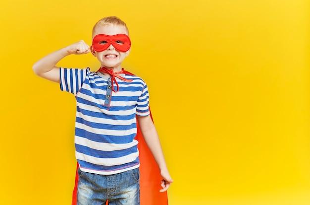 Сильный мальчик в костюме супергероя