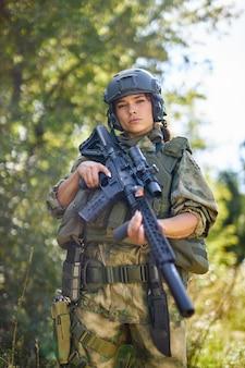 소총 기관총으로 강력한 용감한 여성 육군 군인