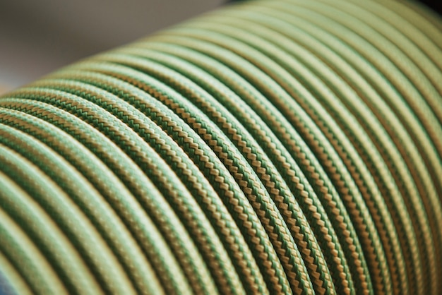 強力なケーブル。スポーツおよび船舶設備用の緑色の結び目の多く