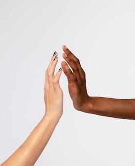 Femmine forti che si tengono per mano che si sostengono a vicenda