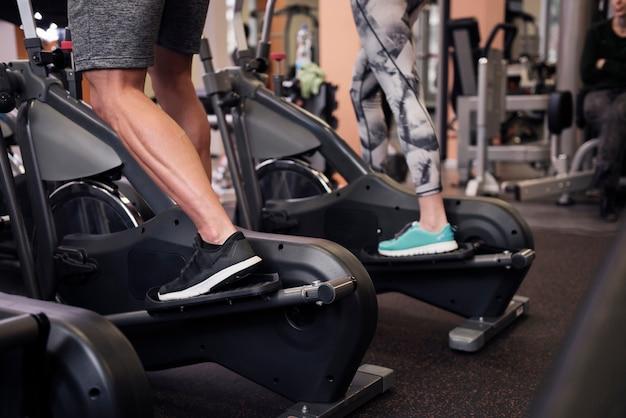 運動するカップルの強い脚