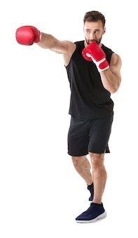 Сильный боксер-мужчина на белом фоне