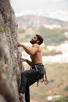 山に登る強い男