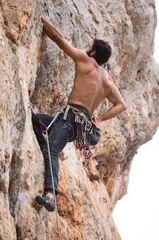 산에 등반 하는 강한 남자