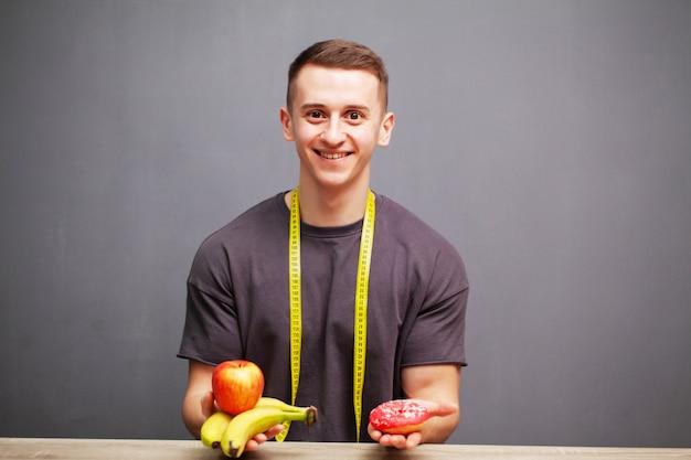 強い男は果物の高タンパク質の食事を消費します
