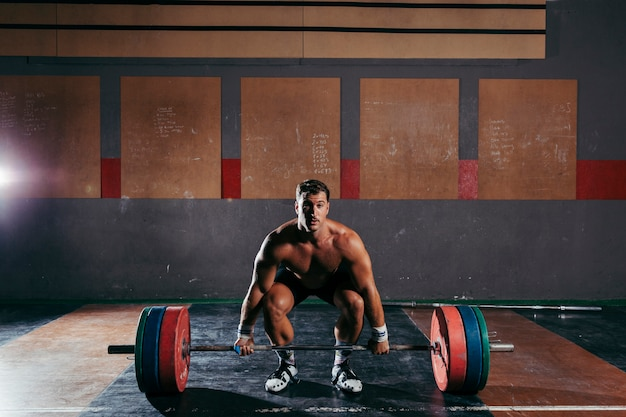 Forte uomo che fa il bodybuilding