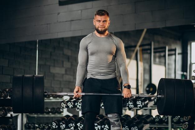 Сильный человек, тренирующийся в тренажерном зале