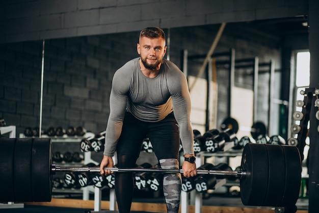 체육관에서 운동하는 강한 남자