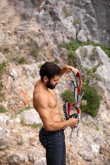 Uomo forte che si prepara a scalare