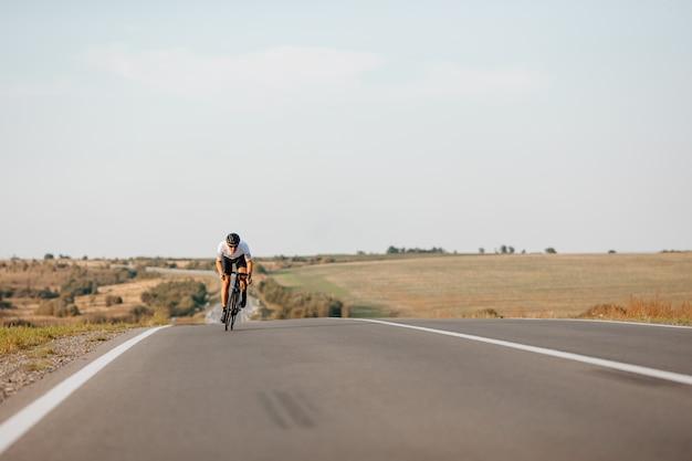 스포츠 의류, 보호 헬멧 및 신선한 공기에 자전거를 타는 안경에 강한 남자