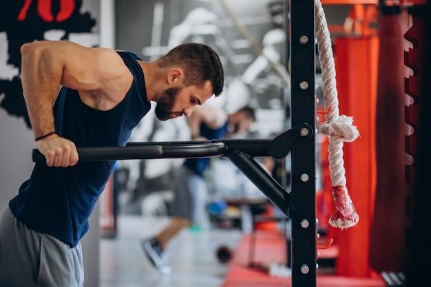 Uomo forte allenamento in palestra