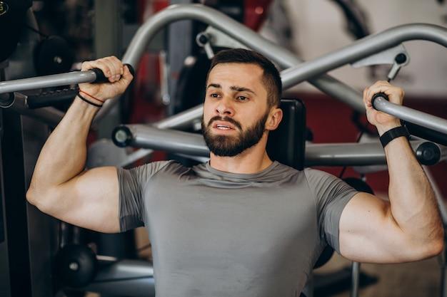 強い男がジムでトレーニング