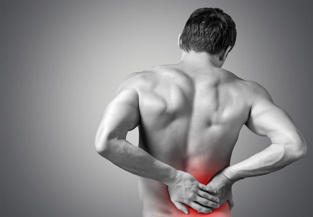 Сильный мужчина с болями в спине, вид сзади