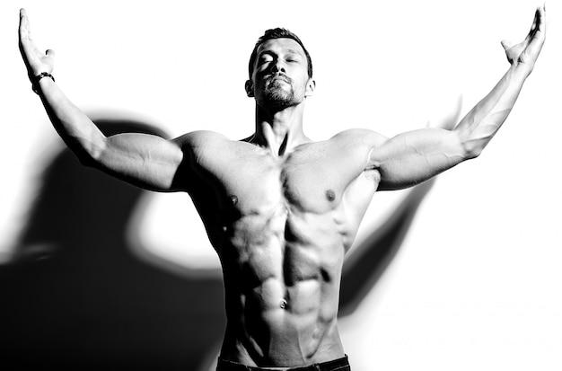 Сильный мужчина с поднятыми руками