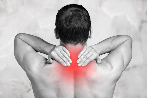 Сильный мужчина с болью в шее, вид сзади