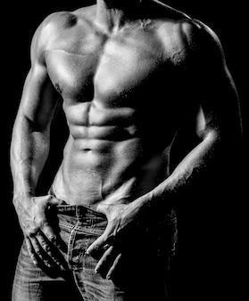 Сильные мужчины, бодибилдеры, мускулистые мужчины. красивый мужской торс. сексуальный мужчина, обнаженное тело, обнаженный мужчина. сексуальное тело, обнаженный мужчина, обнаженный мужчина, мускулистый черный и белый