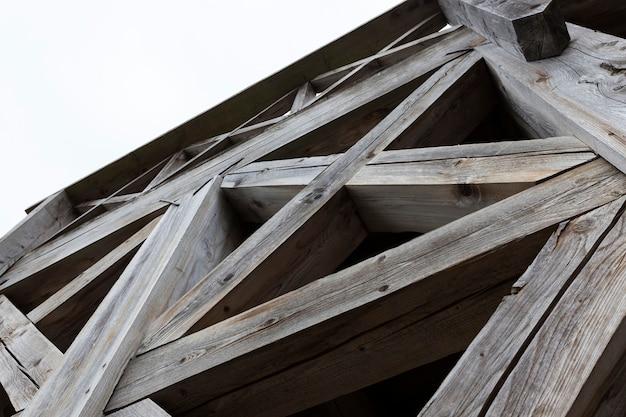 오래 된 나무 계단의 강한 선반