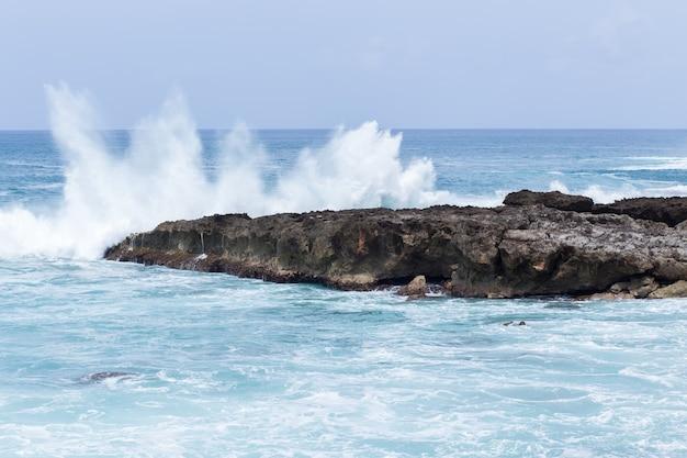 강한 바다 물결이 해변을 치다