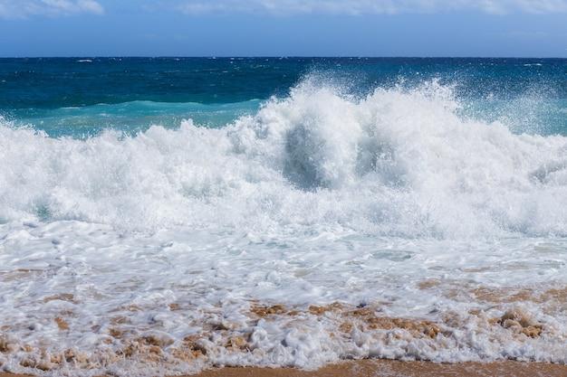 強い海の波