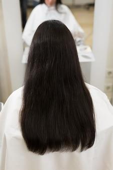 강하고 윤기 있고 건강한 긴 갈색 머리