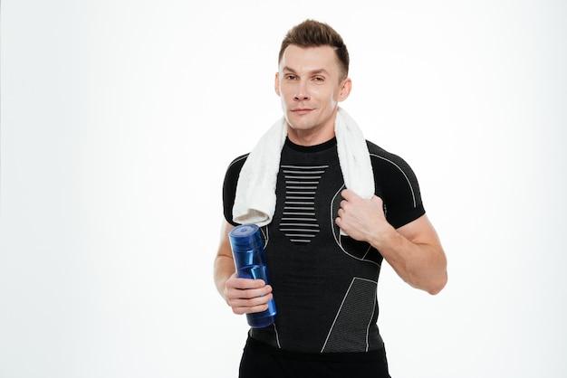 Сильный спортсмен питьевой воды