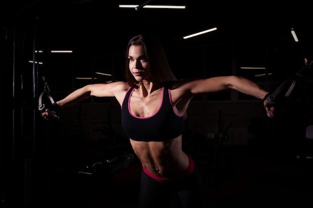 운동을 하 고 체육관에서 강한 스포티 한 여자