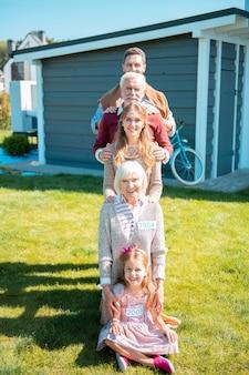 함께 강하다. 즐거운 가족 미소와 포즈