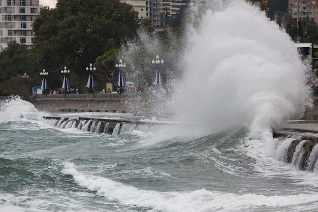 해변 도시에 강한 파도가 부서집니다. 겨울에 해안에서 계절 폭풍입니다. 나쁜 폭풍우 날씨 시즌