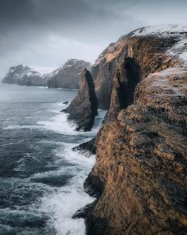 Сильные волны ударяют о скалистые скалы