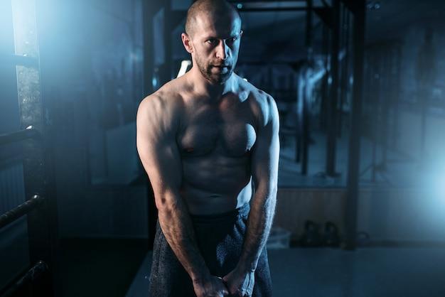 Сильный тяжелоатлет тренировки с весом в тренажерном зале