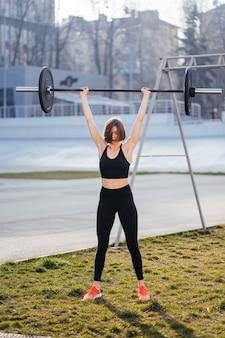 바벨 스포츠 피트니스 개념으로 운동하는 강한 여자