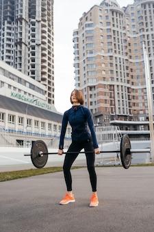 Forte donna che si esercita con il concetto di fitness sport bilanciere