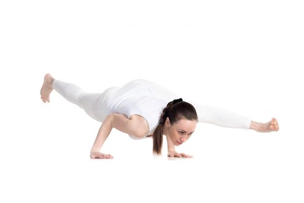 Сильная женщина в классе йоги