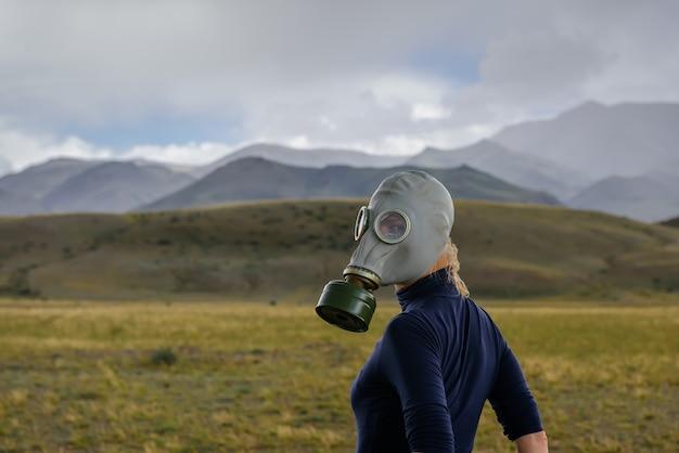霧の山の軍用防毒マスクの強い女性