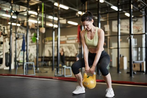 重りを持ち上げる強い女性