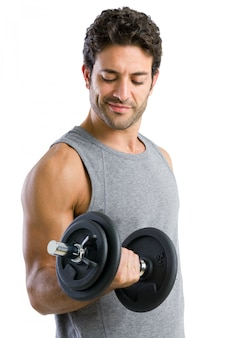 白い背景で隔離のフィットネス運動のための重量を持ち上げる強い若い男