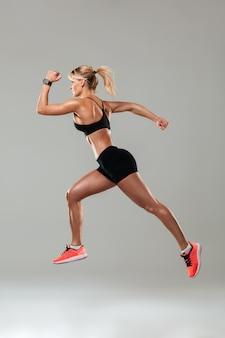 分離を実行している強力な若いスポーツ女性