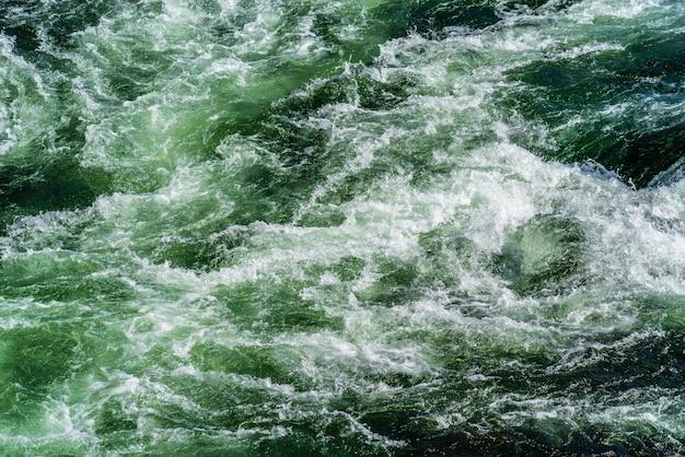 山川の沸騰面の構造。ロシア、アルタイ、チュリシュマン川