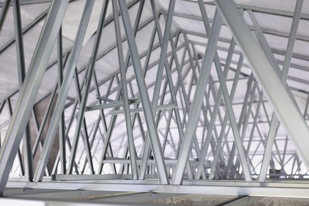 建物の建設のための鋼の屋根フレームの構造抽象的な金属の背景デザイン