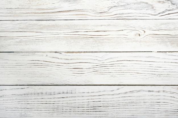 ぼろぼろのボードからの白い背景の構造。田舎の背景。