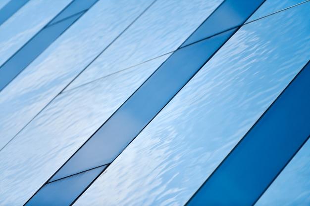 구조화된 유리 천장, 지붕, 벽, 정면. 투명한 유리알루미늄 구조. 공기와 빛이 풍부한 현대 건축. 밝고 진한 파란색의 추상적인 배경입니다.
