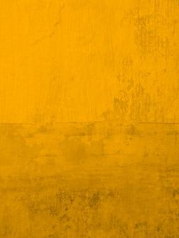 스투코 벽 페인팅 골드 옐로우. 배경 현대 질감 녹슨 벽지입니다. 세로 크기.